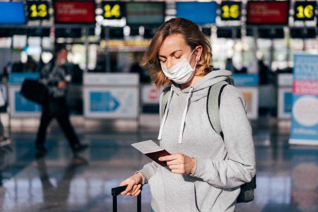 OMS oms La OMS estima que la pandemia estará controlada en marzo de 2022 a young woman in a medical protective mask stands E6G3FNL 1024x683