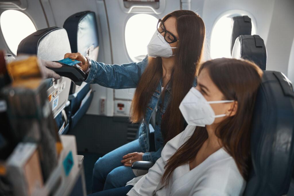 OMS oms La OMS estima que la pandemia estará controlada en marzo de 2022 female buying food from airplane trolley with cred 7WXCYVR 1024x683