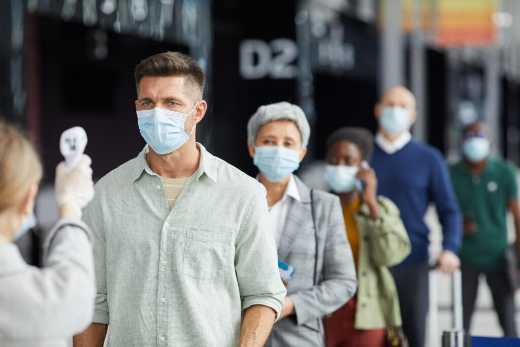 OMS oms La OMS estima que la pandemia estará controlada en marzo de 2022 people in masks during pandemic MUALJ4H 1024x683