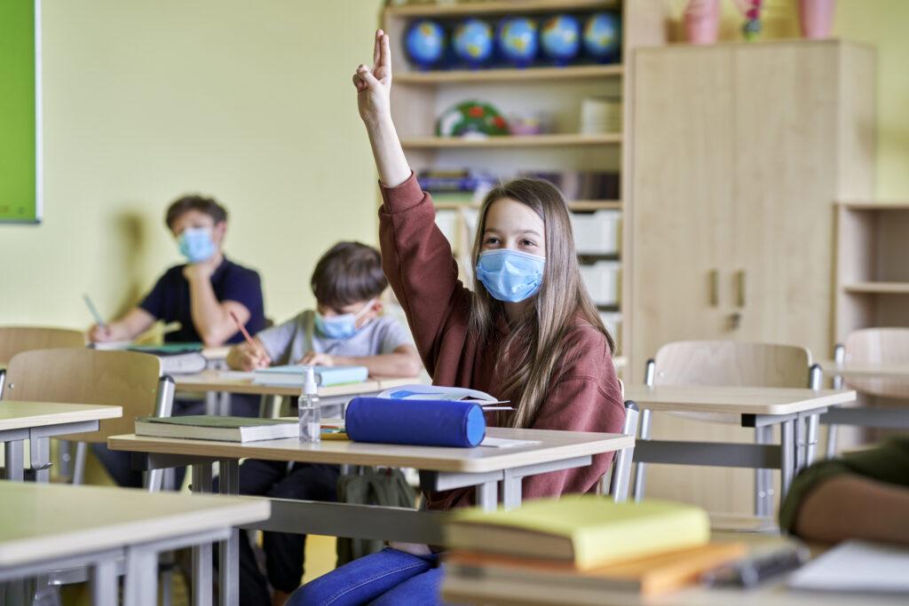 """Cubrebocas cubrebocas """"Uso de cubrebocas N95 sí debería estar permitido las aulas"""": especialista students wearing masks in class UX6JHBU 1024x683"""