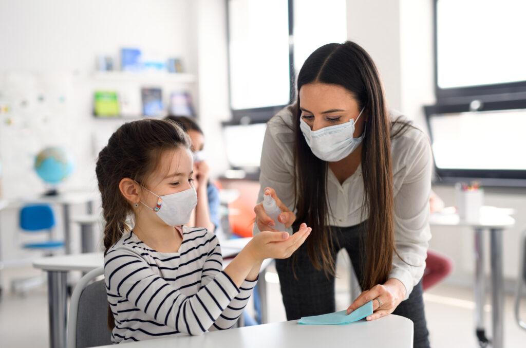 "Cubrebocas cubrebocas ""Uso de cubrebocas N95 sí debería estar permitido las aulas"": especialista teacher and children with face mask back at school SBVEBG2 1024x677"